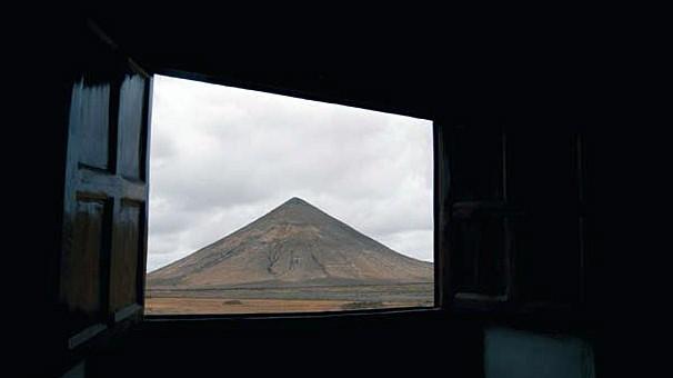 Montaña de Tindaya (La Oliva) desde la Casa de los Coroneles. Fuerteventura