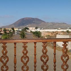 Vista del pueblo de La Oliva y acceso a La Casa de los Coroneles desde uno de los balcones de la fachada principal